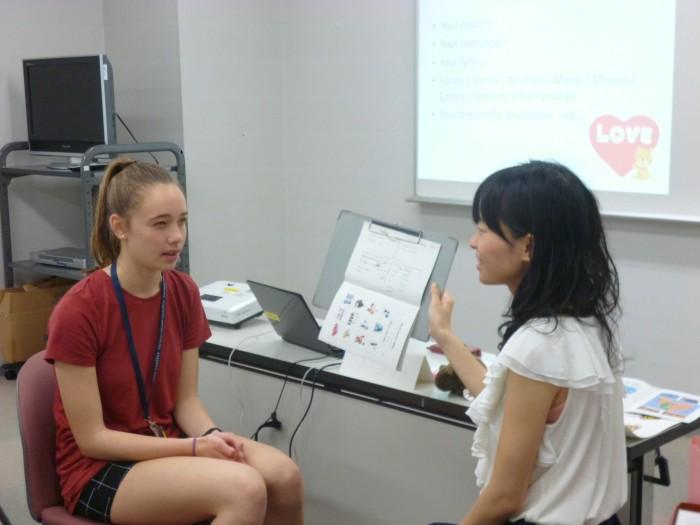 熱心に日本語の授業をうける学生