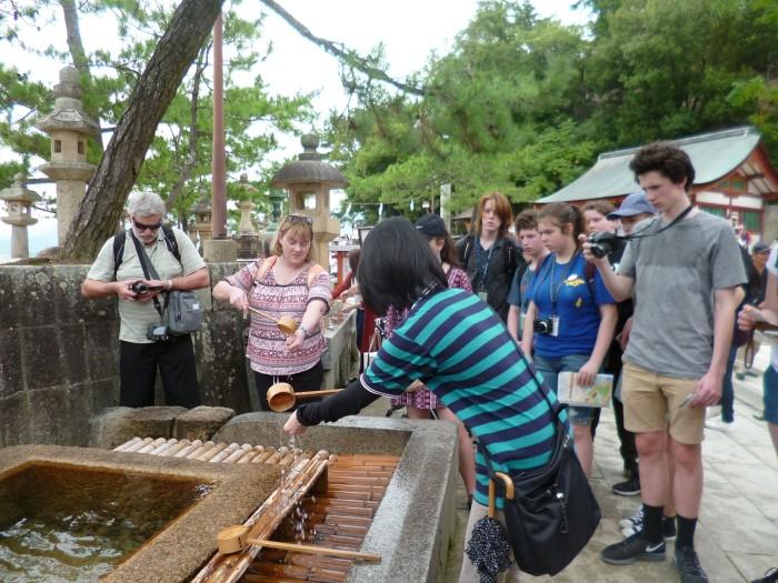 厳島神社の手水舎で身を清める作法に興味津々